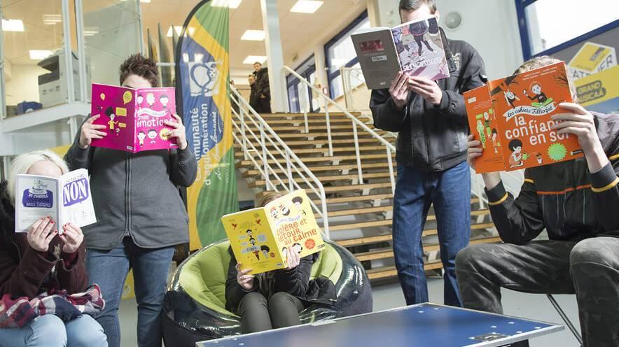Quatre adolescents lisant des livres